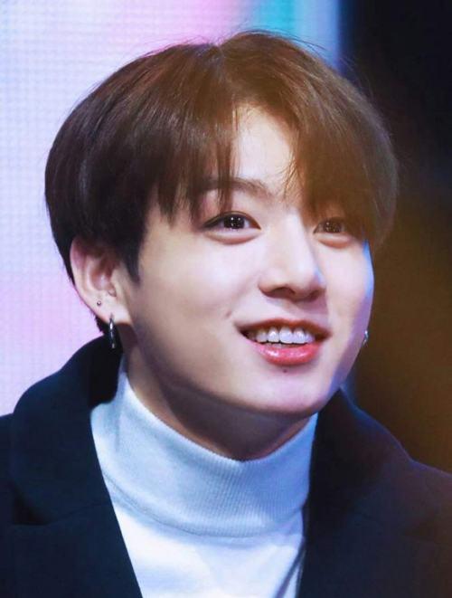 Em út vàng Jungkook (BTS) với vẻ ngoài điển trai sở hữu dáng răng thỏ tự nhiên